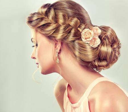 Mooi model meisje met elegante kapsel. Beautiy vrouw met mode bruiloft haar en kleurrijke make-up.