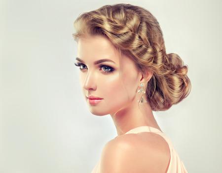 우아한 헤어 스타일 아름다운 모델 소녀. 패션 웨딩 머리와 화려한 메이크업 Beautiy 여자. 스톡 콘텐츠