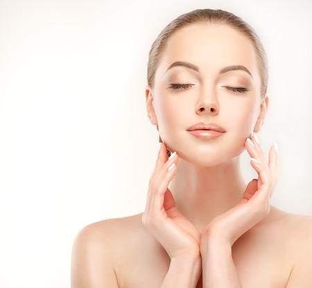 frescura: Yong, modelo magnífico toque la cara y demostrar la frescura y la mujer limpiar la cara de la piel. cuidado de la piel y de la cosmetología.
