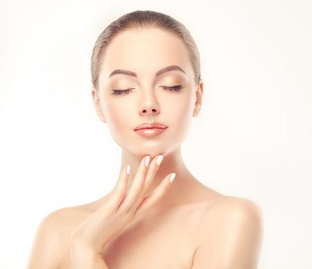 Yong, modelo magnífico toque la cara y demostrar la frescura y la mujer limpiar la cara de la piel. cuidado de la piel y de la cosmetología.