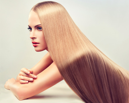 cabello: Mujer hermosa con el pelo largo, liso, sano y brillante.