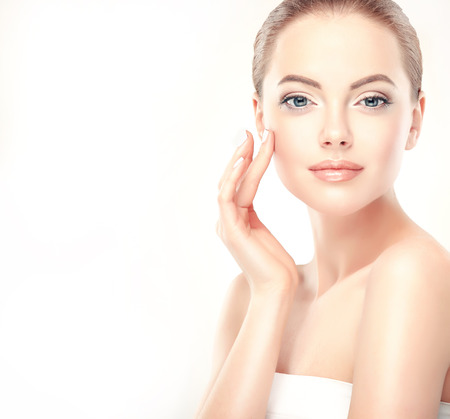 Belle jeune femme avec la peau fraîche et propre de près. La peau et les soins du visage. Cosmétologie. Banque d'images