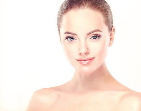 Belle jeune femme avec la peau fraîche et propre de près. La peau et les soins du visage. Cosmétologie.