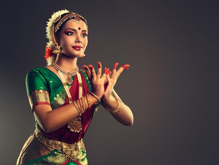Mooi Indisch meisje danser van de Indiase klassieke dans Bharatanatyam. Cultuur en tradities van India.