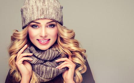 유행 따뜻한 겨울 옷. 회색 모직 겨울 모자와 스카프를 입고 니스, 젊은, 웃는 금발의 여자. 스톡 콘텐츠