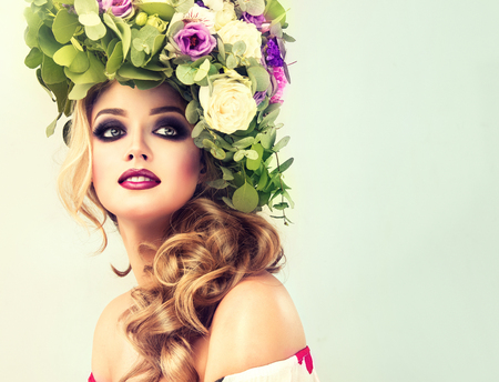 Lady Spring. Beautiful woman model with flower wreath on his head and makeup-smoky eyes style. 스톡 콘텐츠