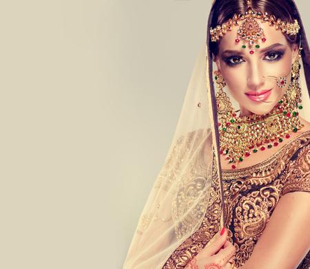 포 쉬, gildet, 인도 제복 및 Kundan 스타일 보석을 입은 젊은 매력적인 모델. 전통적인 인도 의상 lehenga choli.