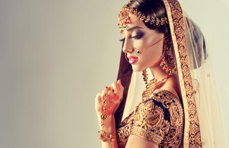 上流階級に身を包んだ若い魅力的なモデル、gildet、インドの衣装と Kundan ジュエリーをスタイルします。伝統的なインド衣装 lehenga チョリ。