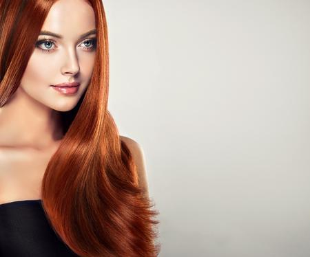 Jong, bruinharig, vrouw met recht en volumineus haar. Excellente haargolf. Stockfoto