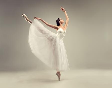 Ballerine. Danseuse de ballet jeune femme gracieuse, vêtue de classique, tutu blanc Chopin, et des chaussures de ballet professionnelles démontre des compétences de la danse. Beauté du ballet classique.