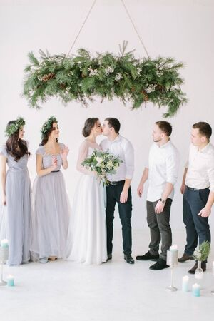Full length portrait of newlywed couple and their friends at the wedding party Foto de archivo