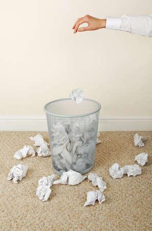 waste paper: Mujer tirar el papel en los residuos de papel bin, close-up de las manos