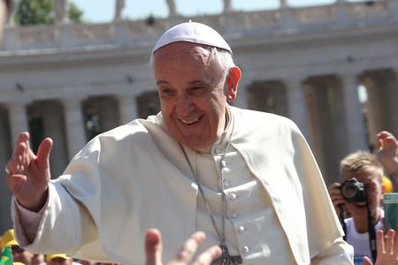 バチカン市国, イタリア - 2014 年 4 月 30 日: popemobile 上教皇フランシスコは、サンピエトロ広場で巡礼者を祝福します。