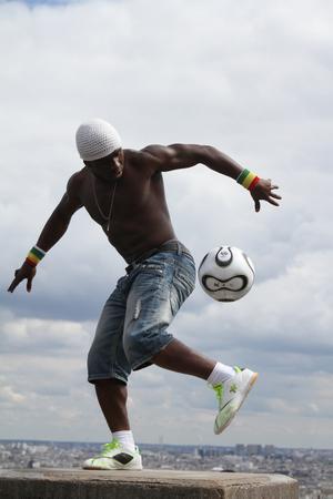 Paris, Frankreich - 29. Mai 2014 - Footballer Freestyler, Iya Traore aus Guinea, in Sacre Couer Basilika, Montmartre. Standard-Bild - 52390630