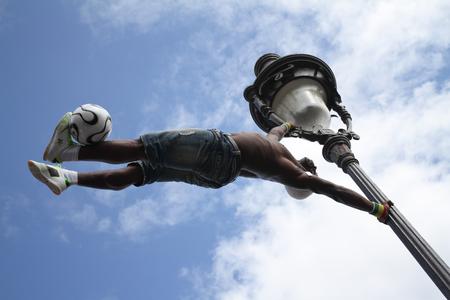 Paris, Frankreich - 29. Mai 2014 - Footballer Freestyler, Iya Traore aus Guinea, in Sacre Couer Basilika, Montmartre. Standard-Bild - 52390631