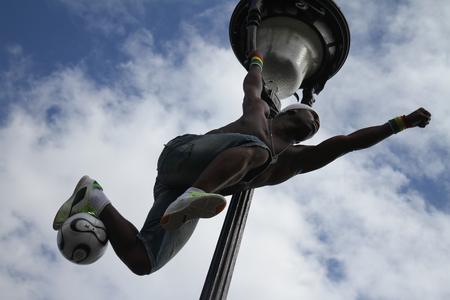 Paris, Frankreich - 29. Mai 2014 - Footballer Freestyler, Iya Traore aus Guinea, in Sacre Couer Basilika, Montmartre. Standard-Bild - 52390633