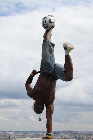Paris, Frankreich - 29. Mai 2014 - Footballer Freestyler, Iya Traore aus Guinea, in Sacre Couer Basilika, Montmartre. Standard-Bild - 52390635