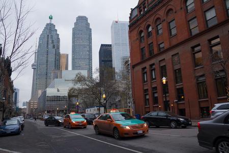 Toronto, Kanada - 27. Januar 2016: Verkehr mit Taxis im Winter in der Innenstadt von Toronto. Toronto ist die vierte am stärksten überlasteten Stadt in Nordamerika Standard-Bild - 52390641
