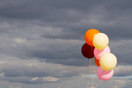 Bunte Luftballons über stürmischen Himmel Hintergrund. Standard-Bild - 52187604