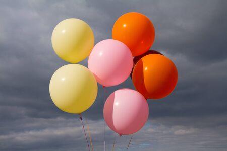 Bunte Luftballons über stürmischen Himmel Hintergrund. Standard-Bild - 52187648