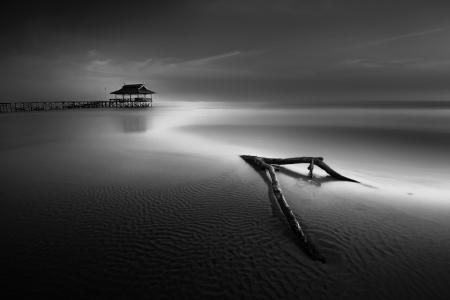 Večer odliv moře z mola