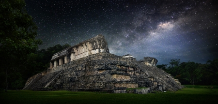 Galactic night starry sky over the ancient Mayan city of Palenque in Mexico. Banco de Imagens