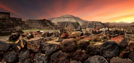テオティワカン古代マヤ都市の全景の神秘的な遺跡に沈む夕日
