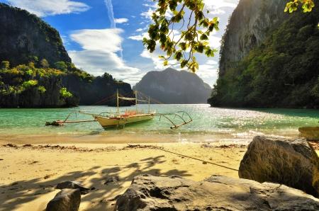 Krásná pláž s kameny na pozadí ostrovů El Nido, Filipíny Reklamní fotografie