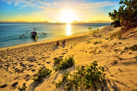 Romantic happy couple enjoying a beautiful sunset on the beach Banco de Imagens - 20595566