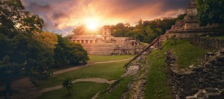 La vista panorámica desde la Pirámide de las Inscripciones y el Palacio de la torre del observatorio en la antigua ciudad maya de Palenque