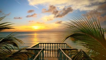 Pohled z terasy na krásný západ slunce na pláži