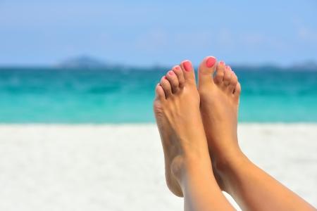 Dovolená prázdniny žena nohy detailní záběr dívky odpočinek na pláži v soláriu, užívat si slunce na slunné letní den