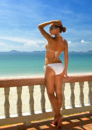 niñas en bikini: Hermosa mujer en bikini en la terraza admirando el mar de Vietnam Foto de archivo