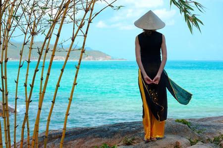 伝統的な服の若いベトナム人女性 写真素材