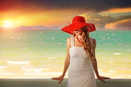 femme romantique: Belle femme romantique en chapeau rouge avec des l�vres rouges