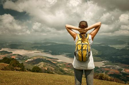 Portrait des glücklichen Mädchens Reisenden im Wald genießt sonnigen Tag, Waldlandschaft, Reise nach Europa, Glück Emotion, Sommerurlaub Konzept Standard-Bild