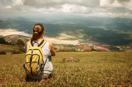 Jeune touristique avec sac à dos de détente sur le dessus de la montagne et de profiter du paysage magnifique vue. image concept de l'écotourisme, avec randonneur femme heureuse. Banque d'images - 40086875