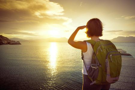 Cestovatel při pohledu na západ slunce na ostrovech. Cestování po Asii a aktivní koncepce životního stylu
