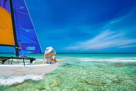 섬 중 보트로 여행하는 젊은 여자. 아시아 여행, 행복의 감정, 여름 휴가 개념