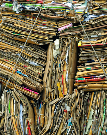 Pile de boîtes en carton vieux pour le recyclage. Concept de l'écologie et propre Banque d'images