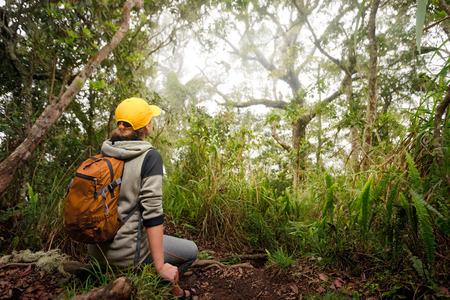 Cestovatel dívá divoké opice v jungle.Wildlife sledují zájezdy Reklamní fotografie