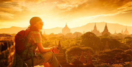 라이프 스타일: 바간, 미얀마 아시아에 일몰를보고 즐기는 젊은 여행자. 아시아를 따라 여행, 활동적인 생활 개념