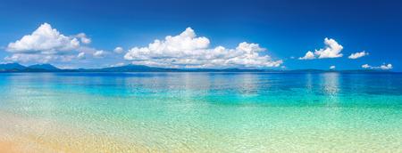 Panorama van een tropisch strand tegen de achtergrond van het eiland Sulawesi. Indonesië
