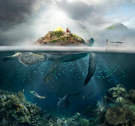 Piękna wyspa, podwodne widok żółwia i podróżnik powyżej i poniżej powierzchni wody w turkusowych wodach tropikalnych koncepcji ocean.The podróży i przygody w górach i pod wodą.