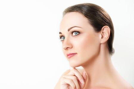Beau visage de femme close up sur blanc.