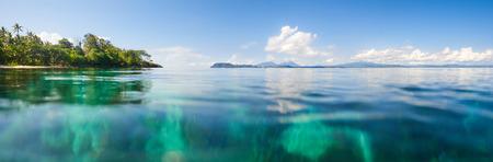 Vue panoramique d'une plage dans le contexte de l'île de Sulawesi. Indonésie Banque d'images - 69582114