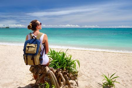 mochila de viaje: joven viajero feliz con mochila disfrutando de la vista impresionante playa tropical. Los jóvenes mochileros que viajan a lo largo de Asia, feliz caminando mundo femenino descubrir, el concepto de vacaciones de verano Foto de archivo