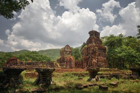 내 아들을 유적. 베트남에있는 Cham 문화의 고대 힌두교 견본. 유네스코 세계 문화 유산에 포함 된 My Son은 중부 베트남의 참파 왕국에 의해 세워진 고대