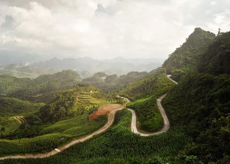 Prachtig panoramisch uitzicht op de zonnige vallei in de provincie Ha Giang, Noord-Vietnam. Stockfoto