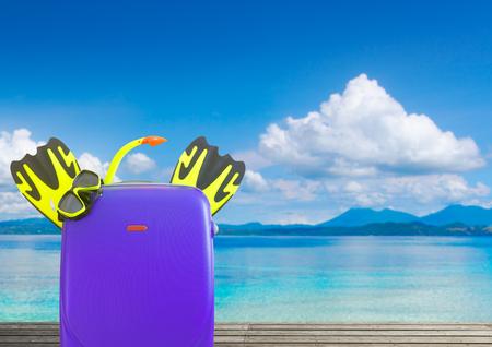 Concept de l & # 39 ; été voyager avec valise et accessoires pour les focus se concentrer sur le premier plan sur la plage tropicale de fond Banque d'images - 99346825